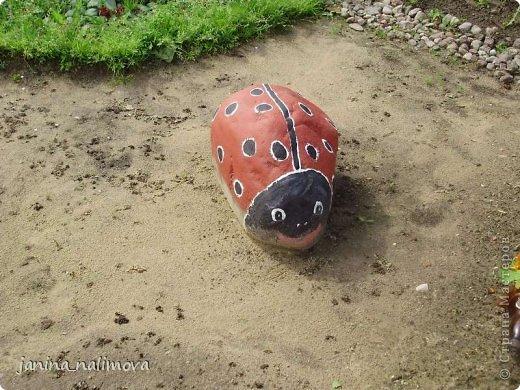 Обожаю из ничего придумывать различные поделки для украшения своего двора.. Вот голова медведя из чурки.Уши - деревянные грибы. фото 23