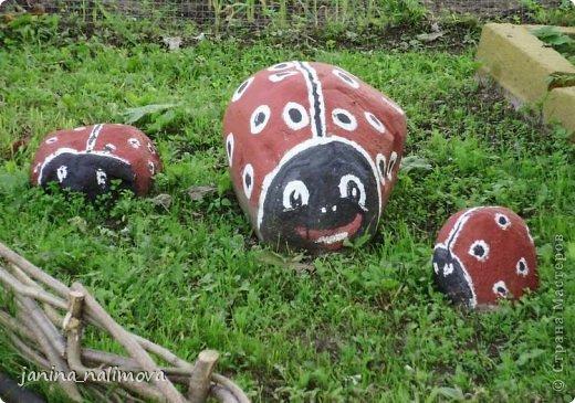 Обожаю из ничего придумывать различные поделки для украшения своего двора.. Вот голова медведя из чурки.Уши - деревянные грибы. фото 26