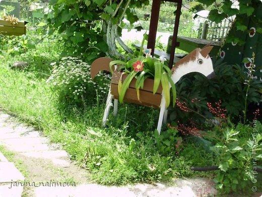 Обожаю из ничего придумывать различные поделки для украшения своего двора.. Вот голова медведя из чурки.Уши - деревянные грибы. фото 33