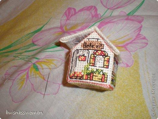 Хочу поделится рождением вот такого домика из пластиковой канвы фото 17