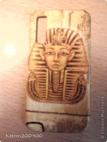 Дело было вечером. Я посмотрела на заднюю панельку телефона и ужаснулась. Что я только с ней не делала: красила лаком, клеила наклейки, мазала замазкой. И решила я его украсить. Выбрала египетскую тему, т.к. просто обожаю Египет фото 2