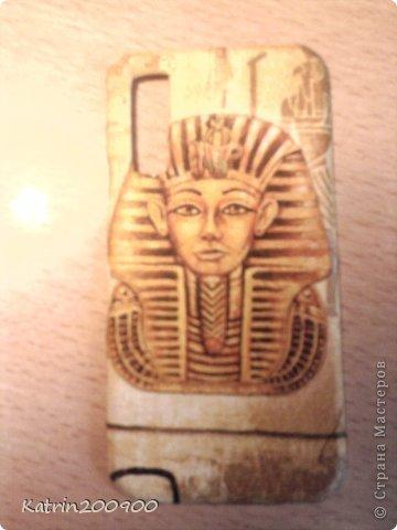 Дело было вечером. Я посмотрела на заднюю панельку телефона и ужаснулась. Что я только с ней не делала: красила лаком, клеила наклейки, мазала замазкой. И решила я его украсить. Выбрала египетскую тему, т.к. просто обожаю Египет фото 1