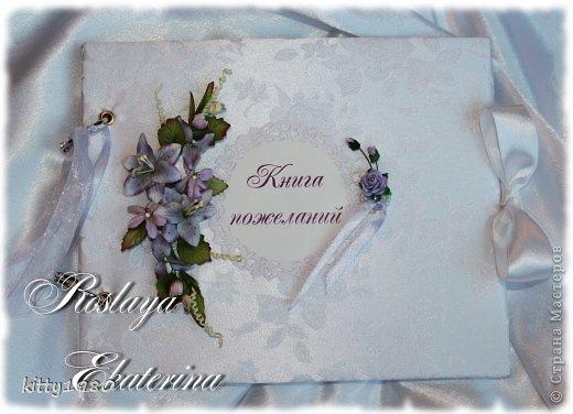 Здравствуйте, жители и гости СМ! Выкладываю на ваш суд свадебную Книгу пожеланий. Получилось, на мой взгляд, достаточно нежно. Цветочки сиреневые: по заказу невесты. Примерный размер 22Х20 см. Материалы: картон переплетный, ткань, скотч двусторонний, цветы и листья бумажные покупные, бумага дизайнерская, вырубка, ленты. кольца для крепления, люверсы, клей-карандаш, клеевой пистолет, штемпельная подушка.
