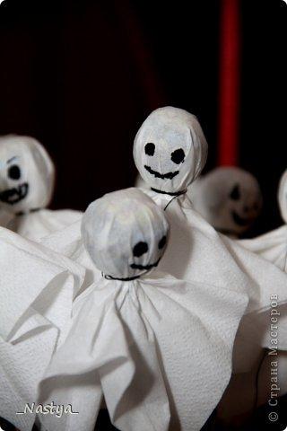 """В прошлом году мы устроили праздник в школе - """"изучение зарубежной культуры"""" :) Принесли в школу Джека фонаря из шариков и угощения - чупа-чупсы-привидения и кексы. Корзинки сделаны из тетропаков из-под сока и оракала. фото 6"""