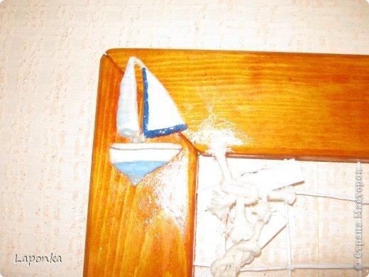 """Первый раз выкладываю свои работы, простите если что не так.  Одна из первых рамок (к сожалению первые работы не фотографировала).  Идею рамки увидела из передачи """"Жить здорово"""". Для работы мне понадобились: рамка деревянная 21/30, нитки (желательно потолще), бусинка (звенящая), прищепки для фотографий (покупала в отделе где продают цветы). Плела очень сильно натягивая каждую нить, клеем не пользовалась, делала в конце работы узелок. фото 9"""