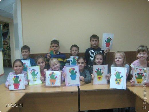 В каникулы проходит школьный лагерь. И на занятие в кружке мы делали открытку для наших любимых МАМОЧЕК! Учительница сказала, что ладошка пока еще маленькая. И поэтому растет в цветочном горшке. На наших пальчиках цветут цветы. Наши мамы заботятся о нас. А мы радуем мамочек своими цветочками. А когда мы выростем. Наша ладонь станет большой. Тогда мы станем заботиться о наших Мамах. фото 4