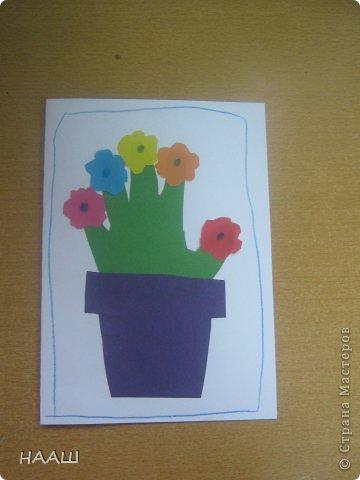 В каникулы проходит школьный лагерь. И на занятие в кружке мы делали открытку для наших любимых МАМОЧЕК! Учительница сказала, что ладошка пока еще маленькая. И поэтому растет в цветочном горшке. На наших пальчиках цветут цветы. Наши мамы заботятся о нас. А мы радуем мамочек своими цветочками. А когда мы выростем. Наша ладонь станет большой. Тогда мы станем заботиться о наших Мамах. фото 5