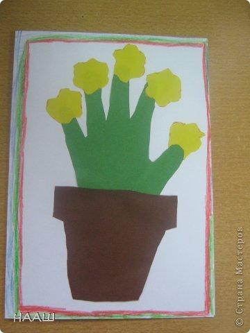 В каникулы проходит школьный лагерь. И на занятие в кружке мы делали открытку для наших любимых МАМОЧЕК! Учительница сказала, что ладошка пока еще маленькая. И поэтому растет в цветочном горшке. На наших пальчиках цветут цветы. Наши мамы заботятся о нас. А мы радуем мамочек своими цветочками. А когда мы выростем. Наша ладонь станет большой. Тогда мы станем заботиться о наших Мамах. фото 6
