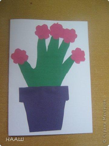 В каникулы проходит школьный лагерь. И на занятие в кружке мы делали открытку для наших любимых МАМОЧЕК! Учительница сказала, что ладошка пока еще маленькая. И поэтому растет в цветочном горшке. На наших пальчиках цветут цветы. Наши мамы заботятся о нас. А мы радуем мамочек своими цветочками. А когда мы выростем. Наша ладонь станет большой. Тогда мы станем заботиться о наших Мамах. фото 7