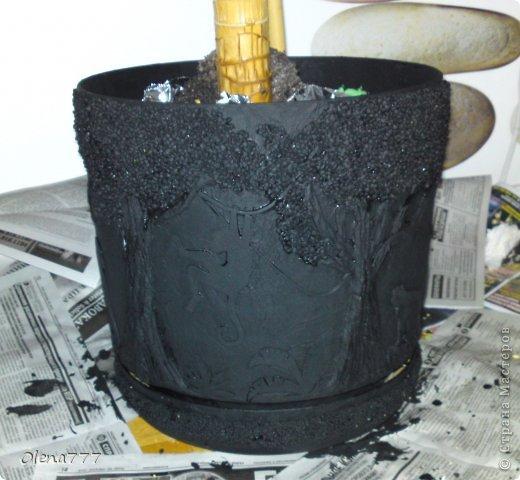 """Доброго дня и ночи, жители и гости Страны Мастеров! А у меня опять цветочный горшок-""""Джунгли"""". Выполнен в той же технике, как ваза """"Саванна"""". Высота горшка-32см, диаметр-30см. Главная проблема заключалась в том, что горшок с пальмой (ей почти 11 лет), а пальма выросла так, что уперлась в потолок!!! Поэтому работать пришлось в положении лежа или полулежа, словом, ползала по-пластунски вокруг горшка!!!!!! Я настолько рада окончанию работы, что даже не знаюб хорошо у меня получилось или нет! А получилось вот что: фото 15"""
