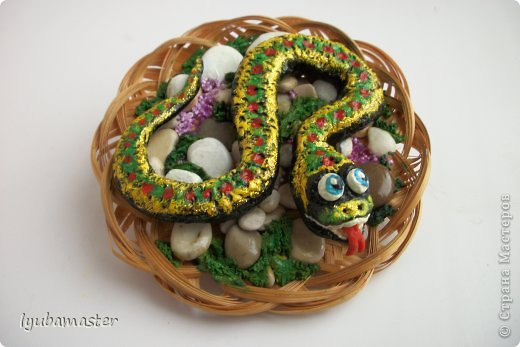 Начало подготовки к Новому году.Первые попытки в изображении змеек.Роспись-акрил,гуашь.