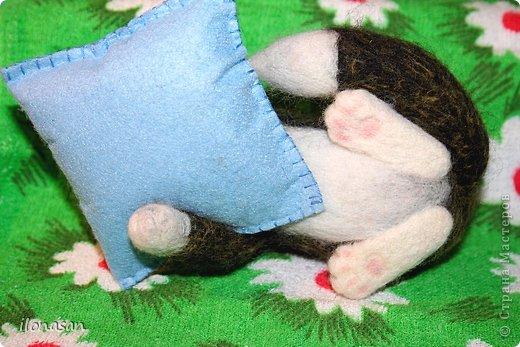 Котейка игольчатый (длина без подушечки 14,5 см, высота 7 см). Подушечка-игольница сшита из фетра. фото 3