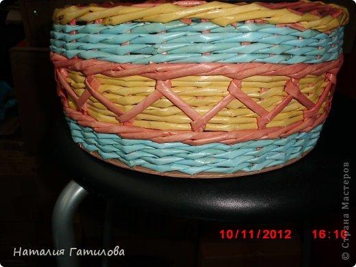 Девочки, выставляю на ваш суд новую плетушку. Цвет диктовала картинка из клеёнки на донышке. Мне такое сочетание не по душе. Но эта корзинка, можно сказать, тренажёр. Пробовала новый вид (для меня новый) плетения - вышивка козликом. фото 3