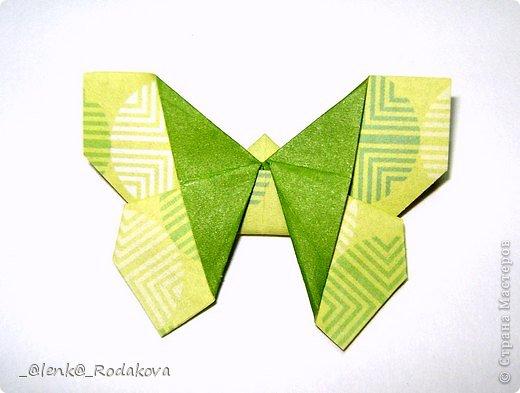 Здравствуйте! Предлагаю вам небольшой МК вот такой простенькой бабочки. Мне очень понравилось делаеть ее на обвесы, и дочке уже сделала парочку, висят над кроваткой))) Сомневалась, делать ли его, но толчком послужил вопрос Аллы насчет ссылки на эту бабочку, и желание поделиться победило все сомнения)). Делала я ее, взяв за основу идею бабочки, сделанной из ткани. Видела эти фото в одной группе в Контакте, я об этом уже писала. Но процессы изготовления из ткани и бумаги, ка вы сами понимаете, отличаются. к тому же нужно было добавить некоторые детали, определить исходный размер бумажки, и т.д. Вот что получилось. Автор у этой бабочки, я уверена, есть, но я не смогла ничего о нем узнать, за это прошу прощения.  фото 1