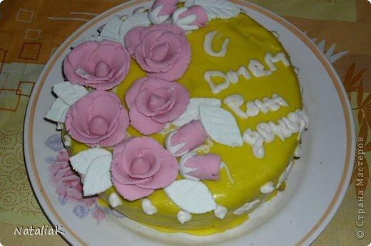 Цветочки сделала из желатиновой мастики, а сам тортик обернула мастикой со сгущенным молоком.