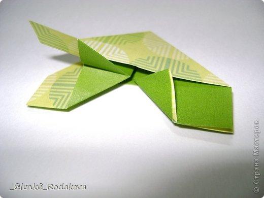 Здравствуйте! Предлагаю вам небольшой МК вот такой простенькой бабочки. Мне очень понравилось делаеть ее на обвесы, и дочке уже сделала парочку, висят над кроваткой))) Сомневалась, делать ли его, но толчком послужил вопрос Аллы насчет ссылки на эту бабочку, и желание поделиться победило все сомнения)). Делала я ее, взяв за основу идею бабочки, сделанной из ткани. Видела эти фото в одной группе в Контакте, я об этом уже писала. Но процессы изготовления из ткани и бумаги, ка вы сами понимаете, отличаются. к тому же нужно было добавить некоторые детали, определить исходный размер бумажки, и т.д. Вот что получилось. Автор у этой бабочки, я уверена, есть, но я не смогла ничего о нем узнать, за это прошу прощения.  фото 10