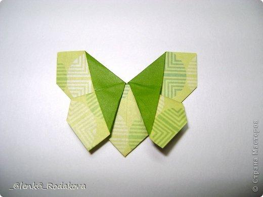 Здравствуйте! Предлагаю вам небольшой МК вот такой простенькой бабочки. Мне очень понравилось делаеть ее на обвесы, и дочке уже сделала парочку, висят над кроваткой))) Сомневалась, делать ли его, но толчком послужил вопрос Аллы насчет ссылки на эту бабочку, и желание поделиться победило все сомнения)). Делала я ее, взяв за основу идею бабочки, сделанной из ткани. Видела эти фото в одной группе в Контакте, я об этом уже писала. Но процессы изготовления из ткани и бумаги, ка вы сами понимаете, отличаются. к тому же нужно было добавить некоторые детали, определить исходный размер бумажки, и т.д. Вот что получилось. Автор у этой бабочки, я уверена, есть, но я не смогла ничего о нем узнать, за это прошу прощения.  фото 15