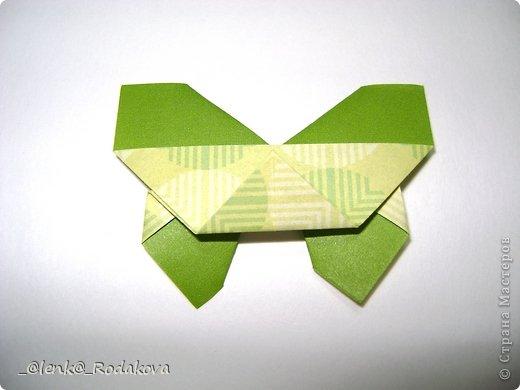 Здравствуйте! Предлагаю вам небольшой МК вот такой простенькой бабочки. Мне очень понравилось делаеть ее на обвесы, и дочке уже сделала парочку, висят над кроваткой))) Сомневалась, делать ли его, но толчком послужил вопрос Аллы насчет ссылки на эту бабочку, и желание поделиться победило все сомнения)). Делала я ее, взяв за основу идею бабочки, сделанной из ткани. Видела эти фото в одной группе в Контакте, я об этом уже писала. Но процессы изготовления из ткани и бумаги, ка вы сами понимаете, отличаются. к тому же нужно было добавить некоторые детали, определить исходный размер бумажки, и т.д. Вот что получилось. Автор у этой бабочки, я уверена, есть, но я не смогла ничего о нем узнать, за это прошу прощения.  фото 17