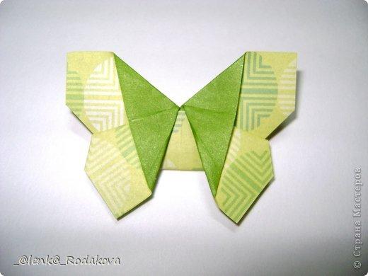Здравствуйте! Предлагаю вам небольшой МК вот такой простенькой бабочки. Мне очень понравилось делаеть ее на обвесы, и дочке уже сделала парочку, висят над кроваткой))) Сомневалась, делать ли его, но толчком послужил вопрос Аллы насчет ссылки на эту бабочку, и желание поделиться победило все сомнения)). Делала я ее, взяв за основу идею бабочки, сделанной из ткани. Видела эти фото в одной группе в Контакте, я об этом уже писала. Но процессы изготовления из ткани и бумаги, ка вы сами понимаете, отличаются. к тому же нужно было добавить некоторые детали, определить исходный размер бумажки, и т.д. Вот что получилось. Автор у этой бабочки, я уверена, есть, но я не смогла ничего о нем узнать, за это прошу прощения.  фото 18