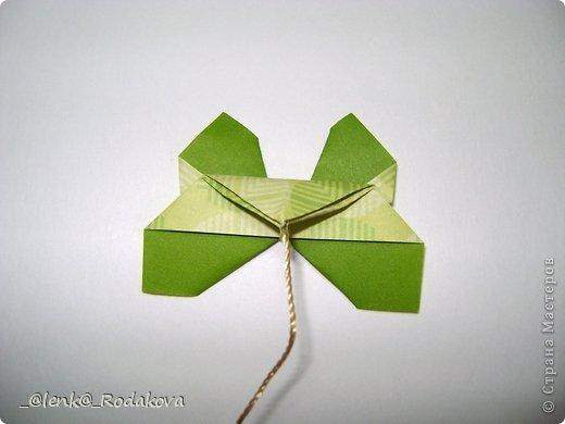 Здравствуйте! Предлагаю вам небольшой МК вот такой простенькой бабочки. Мне очень понравилось делаеть ее на обвесы, и дочке уже сделала парочку, висят над кроваткой))) Сомневалась, делать ли его, но толчком послужил вопрос Аллы насчет ссылки на эту бабочку, и желание поделиться победило все сомнения)). Делала я ее, взяв за основу идею бабочки, сделанной из ткани. Видела эти фото в одной группе в Контакте, я об этом уже писала. Но процессы изготовления из ткани и бумаги, ка вы сами понимаете, отличаются. к тому же нужно было добавить некоторые детали, определить исходный размер бумажки, и т.д. Вот что получилось. Автор у этой бабочки, я уверена, есть, но я не смогла ничего о нем узнать, за это прошу прощения.  фото 22