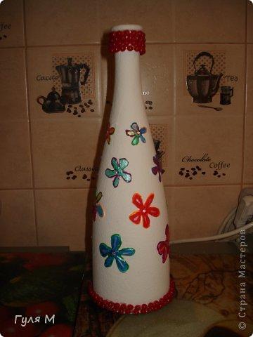 за окном сыро, тускло, а так хочется лета, вот решили вспомнить лето и сотворили такую бутылочку. Бутылка была уже с цветочками , сделала на них контур, детки раскрасили и приклеили бусы.