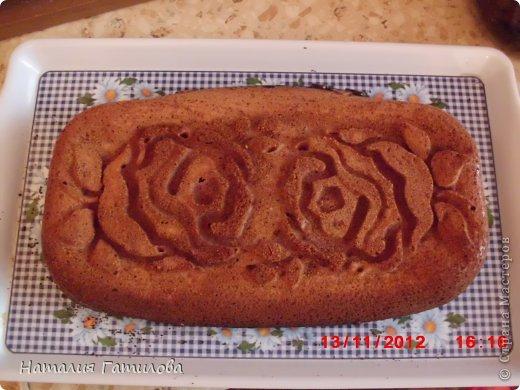 Решила я испечь пирог по рецепту Галинки http://stranamasterov.ru/node/455976 , но выяснилось, что кефира у меня нет (а в магазин идти неохота) а есть творог. И тут Остапа понесло. Решила испечь пирог из того что нашла в холодильнике. А нашла следующее: 150 гр сливок, 2 яйца, 100 гр творога, 200 гр повидла из персиков, 100 гр сахара, мука и сода. Количество продуктов примерное, весов увы уменя нет. Готовила следующим образом. Миксером перемешала творог со сливками, добавила полстакана воды, добавила сахар, яйца,  перемешала, добавила повидло, перемешала, затем добавила стакан муки перемешала и оставила на 15 мин, что бы мука разошлась. Потом добавила соду пол чайной ложки и ещё немного муки, что бы тесто стало как густая сметана, добавила немного дроблёных грецких орехов перемешала. Потом вылила в форму смазанную маслом и присыпанную сухарями. И на 20-30 мин в предвартельно разогретую духовку на 200 гр. фото 1