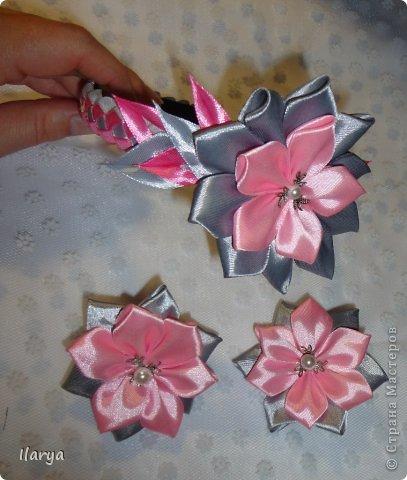 Мне очень нравятся цветочки вот по этому МК https://stranamasterov.ru/node/299290?tid=451%2C1724 , за который большое спасибо Наталье. А поскольку дома почему-то много ленточек именно шириной 2,5 см, то большинство последних украшений делала именно в этой технике.  Комплект обруч и резиночки: