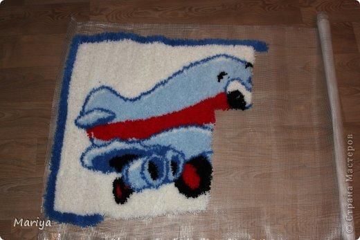 Дети нас подвигают на творческие эксперименты. Решила порадовать сыночка.  Насмотрелась на ковры, выполненные мастерицами, решила сделать что-то похожее, мягкое, теплое и с любовью. Нашла рисунок. Супруг обработал, превратил 74 цвета в  5, что меня полностью устроило. Купили пряжи, крючок, основу, и дело закипело. Первый раз занимаюсь таким видом творчества, поэтому приметила несколько хитрушек, которыми и решила поделиться с начинающими ковроткальщицами.  фото 16