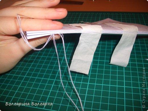 Как и обещала подробно постаралась показать как сшивала книжечки между собой. На каждой книжечке сделала разметки по 3см (длина 21см, поэтому делаем надсечки простым карандашом 6 раз). фото 21