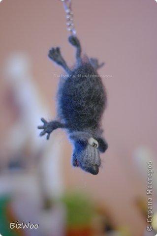 Мышка шерстяная взъерошенная. В мечтах о полёте, жаль что крылья не выросли. Проволочный каркас позволяет мышке гнуться. Подвеска-брелок, можно подвесить в машине. В дальнейшем планируется делать в виде магнитов. Пока варианты только в виде брошек и брелоков. фото 1