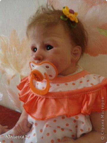 Моя первая малышка реборн)А всего их пока трое) Куклы реборн (reborn dolls) – это реалистичные куклы-младенцы, обычно в натуральную величину, которые изготавливаются мастерами-реборнерами на основе готовых наборов или специальным образом обработанных фабричных кукол-младенцев. Набор для изготовления куклы реборн называется кит кит или молд. Основой такого набора является комплект виниловых деталей – голова, руки и ноги будущей куклы реборн. Этот набор бывает дополнен другими нужными вещами, например, основой для текстильного тела и т.п. Наборы для изготовления кукол реборн делаются на основе авторских скульптур художников, и тираж готовых отливок может варьироваться. Нередки киты ограниченного тиража. Куклы реборн имеют многослойную роспись, которая делается или акриловыми красками , или запекаемыми красками Генезис. Роспись куклы реборн – это очень сложно, ведь кроме обычной тонировки готового набора тут понадобится уметь аккуратно прорисовывать жилки, морщинки. Волосики прошиваются спец.иглой.Изнутри куклы клеится магниты для соски и заколки. фото 1