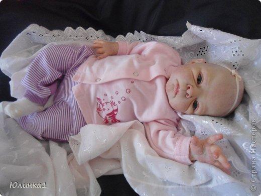 Моя первая малышка реборн)А всего их пока трое) Куклы реборн (reborn dolls) – это реалистичные куклы-младенцы, обычно в натуральную величину, которые изготавливаются мастерами-реборнерами на основе готовых наборов или специальным образом обработанных фабричных кукол-младенцев. Набор для изготовления куклы реборн называется кит кит или молд. Основой такого набора является комплект виниловых деталей – голова, руки и ноги будущей куклы реборн. Этот набор бывает дополнен другими нужными вещами, например, основой для текстильного тела и т.п. Наборы для изготовления кукол реборн делаются на основе авторских скульптур художников, и тираж готовых отливок может варьироваться. Нередки киты ограниченного тиража. Куклы реборн имеют многослойную роспись, которая делается или акриловыми красками , или запекаемыми красками Генезис. Роспись куклы реборн – это очень сложно, ведь кроме обычной тонировки готового набора тут понадобится уметь аккуратно прорисовывать жилки, морщинки. Волосики прошиваются спец.иглой.Изнутри куклы клеится магниты для соски и заколки. фото 8