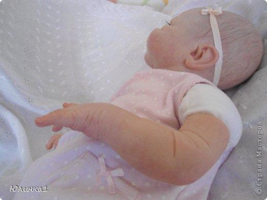 Моя первая малышка реборн)А всего их пока трое) Куклы реборн (reborn dolls) – это реалистичные куклы-младенцы, обычно в натуральную величину, которые изготавливаются мастерами-реборнерами на основе готовых наборов или специальным образом обработанных фабричных кукол-младенцев. Набор для изготовления куклы реборн называется кит кит или молд. Основой такого набора является комплект виниловых деталей – голова, руки и ноги будущей куклы реборн. Этот набор бывает дополнен другими нужными вещами, например, основой для текстильного тела и т.п. Наборы для изготовления кукол реборн делаются на основе авторских скульптур художников, и тираж готовых отливок может варьироваться. Нередки киты ограниченного тиража. Куклы реборн имеют многослойную роспись, которая делается или акриловыми красками , или запекаемыми красками Генезис. Роспись куклы реборн – это очень сложно, ведь кроме обычной тонировки готового набора тут понадобится уметь аккуратно прорисовывать жилки, морщинки. Волосики прошиваются спец.иглой.Изнутри куклы клеится магниты для соски и заколки. фото 9