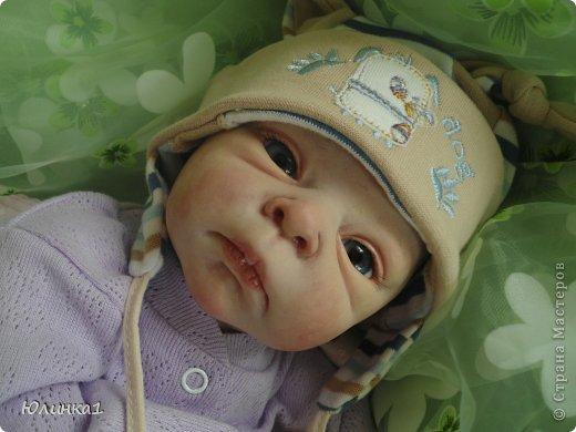 Моя первая малышка реборн)А всего их пока трое) Куклы реборн (reborn dolls) – это реалистичные куклы-младенцы, обычно в натуральную величину, которые изготавливаются мастерами-реборнерами на основе готовых наборов или специальным образом обработанных фабричных кукол-младенцев. Набор для изготовления куклы реборн называется кит кит или молд. Основой такого набора является комплект виниловых деталей – голова, руки и ноги будущей куклы реборн. Этот набор бывает дополнен другими нужными вещами, например, основой для текстильного тела и т.п. Наборы для изготовления кукол реборн делаются на основе авторских скульптур художников, и тираж готовых отливок может варьироваться. Нередки киты ограниченного тиража. Куклы реборн имеют многослойную роспись, которая делается или акриловыми красками , или запекаемыми красками Генезис. Роспись куклы реборн – это очень сложно, ведь кроме обычной тонировки готового набора тут понадобится уметь аккуратно прорисовывать жилки, морщинки. Волосики прошиваются спец.иглой.Изнутри куклы клеится магниты для соски и заколки. фото 11