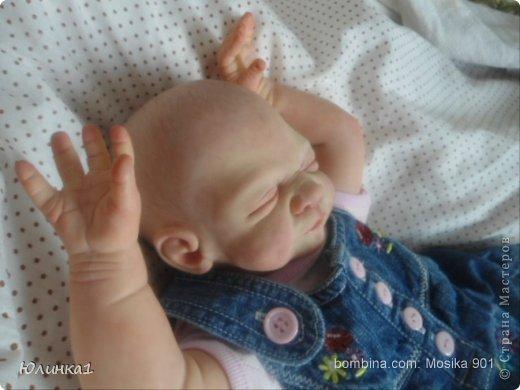 Моя первая малышка реборн)А всего их пока трое) Куклы реборн (reborn dolls) – это реалистичные куклы-младенцы, обычно в натуральную величину, которые изготавливаются мастерами-реборнерами на основе готовых наборов или специальным образом обработанных фабричных кукол-младенцев. Набор для изготовления куклы реборн называется кит кит или молд. Основой такого набора является комплект виниловых деталей – голова, руки и ноги будущей куклы реборн. Этот набор бывает дополнен другими нужными вещами, например, основой для текстильного тела и т.п. Наборы для изготовления кукол реборн делаются на основе авторских скульптур художников, и тираж готовых отливок может варьироваться. Нередки киты ограниченного тиража. Куклы реборн имеют многослойную роспись, которая делается или акриловыми красками , или запекаемыми красками Генезис. Роспись куклы реборн – это очень сложно, ведь кроме обычной тонировки готового набора тут понадобится уметь аккуратно прорисовывать жилки, морщинки. Волосики прошиваются спец.иглой.Изнутри куклы клеится магниты для соски и заколки. фото 5