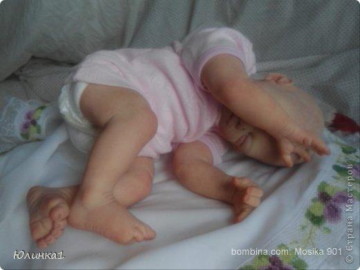 Моя первая малышка реборн)А всего их пока трое) Куклы реборн (reborn dolls) – это реалистичные куклы-младенцы, обычно в натуральную величину, которые изготавливаются мастерами-реборнерами на основе готовых наборов или специальным образом обработанных фабричных кукол-младенцев. Набор для изготовления куклы реборн называется кит кит или молд. Основой такого набора является комплект виниловых деталей – голова, руки и ноги будущей куклы реборн. Этот набор бывает дополнен другими нужными вещами, например, основой для текстильного тела и т.п. Наборы для изготовления кукол реборн делаются на основе авторских скульптур художников, и тираж готовых отливок может варьироваться. Нередки киты ограниченного тиража. Куклы реборн имеют многослойную роспись, которая делается или акриловыми красками , или запекаемыми красками Генезис. Роспись куклы реборн – это очень сложно, ведь кроме обычной тонировки готового набора тут понадобится уметь аккуратно прорисовывать жилки, морщинки. Волосики прошиваются спец.иглой.Изнутри куклы клеится магниты для соски и заколки. фото 6