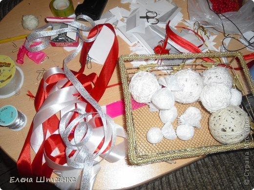 В прошлом году, мы решили украсть ёлочку только игрушками сделанными своими руками. Выдержали красно-белую гамму. В итоге получилась вот такая ёлочка. Решили поделиться с вами своими результатами. Вдруг кому-то пригодятся наши идеи в предверии Нового года. фото 9