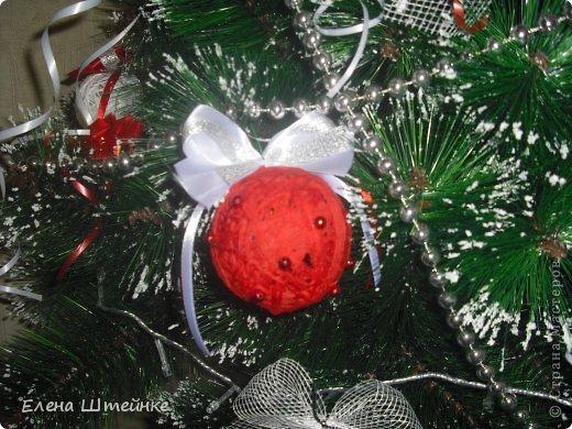 В прошлом году, мы решили украсть ёлочку только игрушками сделанными своими руками. Выдержали красно-белую гамму. В итоге получилась вот такая ёлочка. Решили поделиться с вами своими результатами. Вдруг кому-то пригодятся наши идеи в предверии Нового года. фото 4