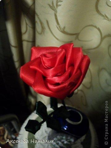 Вот такая розочка из лент у меня получилась. Спасибо за МК http://www.stranamam.ru/article/1850101/ . фото 2
