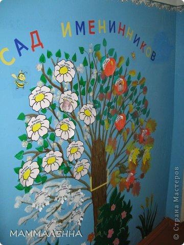 Я не страшный серый волк! Одна из стен гардероба группы. Волк выполнен из потолочных плиток, цветы, ягодки, бобачки тоже, а вот трава нарисована непосредственно на стене. В качестве героев волк и лиса выбраны не случайно, так как группа у нас называется теремок. фото 13