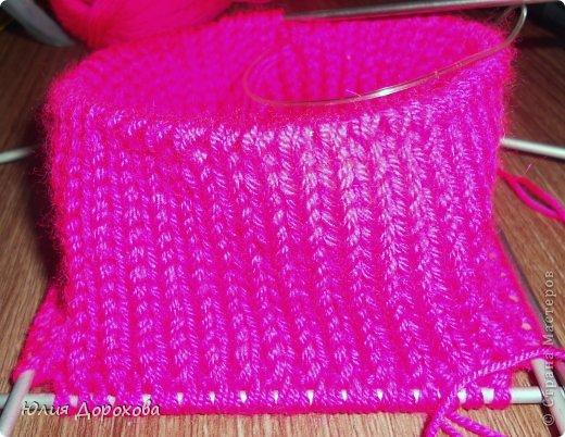 """Дочке на зиму под яркую розовую куртку нужно было связать шапку и шарф. Она нашла в интернете модели, которые ей хотелось. Шапка двойная, теплая. Только фото, без описаний. Пришлось думать, как это можно связать самой)) Делюсь опытом, может кому и пригодится. Нам понадобится: - пряжа черного цвета, у меня """"Камилла"""", производство NAZAR, (55% шерсть, 40% акрил, 5% кашемир, 100гр/320м) два мотка; - пряжа розового цвета, у меня BIANCA babylux, (45% детская шерсть, 55% акрил, 50гр/150м) два мотка; - круговые спицы № 3,5; - набор чулочных спиц № 3,5; - простые спицы № 3,5; - одна большая пуговица и три маленьких; - крючок № 3. Шапка связна на подростка. Окружность головы 53 см. фото 4"""