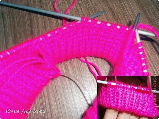 """Дочке на зиму под яркую розовую куртку нужно было связать шапку и шарф. Она нашла в интернете модели, которые ей хотелось. Шапка двойная, теплая. Только фото, без описаний. Пришлось думать, как это можно связать самой)) Делюсь опытом, может кому и пригодится. Нам понадобится: - пряжа черного цвета, у меня """"Камилла"""", производство NAZAR, (55% шерсть, 40% акрил, 5% кашемир, 100гр/320м) два мотка; - пряжа розового цвета, у меня BIANCA babylux, (45% детская шерсть, 55% акрил, 50гр/150м) два мотка; - круговые спицы № 3,5; - набор чулочных спиц № 3,5; - простые спицы № 3,5; - одна большая пуговица и три маленьких; - крючок № 3. Шапка связна на подростка. Окружность головы 53 см. фото 5"""