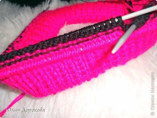 """Дочке на зиму под яркую розовую куртку нужно было связать шапку и шарф. Она нашла в интернете модели, которые ей хотелось. Шапка двойная, теплая. Только фото, без описаний. Пришлось думать, как это можно связать самой)) Делюсь опытом, может кому и пригодится. Нам понадобится: - пряжа черного цвета, у меня """"Камилла"""", производство NAZAR, (55% шерсть, 40% акрил, 5% кашемир, 100гр/320м) два мотка; - пряжа розового цвета, у меня BIANCA babylux, (45% детская шерсть, 55% акрил, 50гр/150м) два мотка; - круговые спицы № 3,5; - набор чулочных спиц № 3,5; - простые спицы № 3,5; - одна большая пуговица и три маленьких; - крючок № 3. Шапка связна на подростка. Окружность головы 53 см. фото 8"""