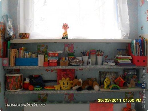 досталась мне в 2010-2011 уч. году новая группа, она не только новая была по детям, но и новая по помещению, только отремонтированные комнаты, из мебели только три шкафчика для игрушек, койки в спальне, ну и шкафы в раздевалке для одежды, сказали - ты человек творческий, вот и твори, ну и понеслось тут, буквально за три месяца моей работы ( приняла я группу в январе) на лицо были изменения, группа ожила, ну а дальше будут фото по оформлению. Здесь я соединила уголок творчества, театр и музыку. Была неудобная ниша под окном, с одной стороны колонна, с другой дверь в туалет, а места, как всегда мало чтоб все разместить, вот над батареей, соорудили две полочки из досок, обтянула их самоклейкой, и наставила всего туда всякого, кое что обновила из старенького. Но в основном пришлось все набирать и делать самой, так как у меня стаж небольшой работы и за плечами нет накопленного инвентаря :) фото 1