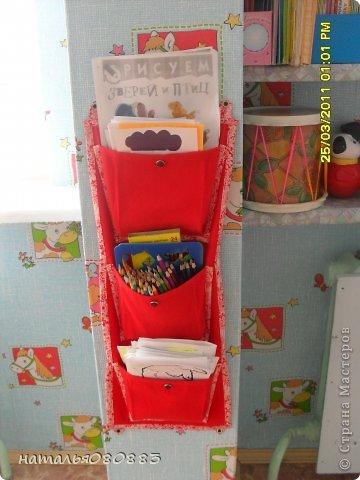 досталась мне в 2010-2011 уч. году новая группа, она не только новая была по детям, но и новая по помещению, только отремонтированные комнаты, из мебели только три шкафчика для игрушек, койки в спальне, ну и шкафы в раздевалке для одежды, сказали - ты человек творческий, вот и твори, ну и понеслось тут, буквально за три месяца моей работы ( приняла я группу в январе) на лицо были изменения, группа ожила, ну а дальше будут фото по оформлению. Здесь я соединила уголок творчества, театр и музыку. Была неудобная ниша под окном, с одной стороны колонна, с другой дверь в туалет, а места, как всегда мало чтоб все разместить, вот над батареей, соорудили две полочки из досок, обтянула их самоклейкой, и наставила всего туда всякого, кое что обновила из старенького. Но в основном пришлось все набирать и делать самой, так как у меня стаж небольшой работы и за плечами нет накопленного инвентаря :) фото 3