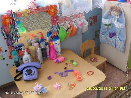 досталась мне в 2010-2011 уч. году новая группа, она не только новая была по детям, но и новая по помещению, только отремонтированные комнаты, из мебели только три шкафчика для игрушек, койки в спальне, ну и шкафы в раздевалке для одежды, сказали - ты человек творческий, вот и твори, ну и понеслось тут, буквально за три месяца моей работы ( приняла я группу в январе) на лицо были изменения, группа ожила, ну а дальше будут фото по оформлению. Здесь я соединила уголок творчества, театр и музыку. Была неудобная ниша под окном, с одной стороны колонна, с другой дверь в туалет, а места, как всегда мало чтоб все разместить, вот над батареей, соорудили две полочки из досок, обтянула их самоклейкой, и наставила всего туда всякого, кое что обновила из старенького. Но в основном пришлось все набирать и делать самой, так как у меня стаж небольшой работы и за плечами нет накопленного инвентаря :) фото 4