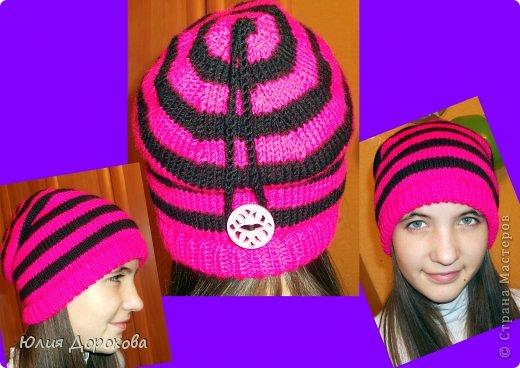 """Дочке на зиму под яркую розовую куртку нужно было связать шапку и шарф. Она нашла в интернете модели, которые ей хотелось. Шапка двойная, теплая. Только фото, без описаний. Пришлось думать, как это можно связать самой)) Делюсь опытом, может кому и пригодится. Нам понадобится: - пряжа черного цвета, у меня """"Камилла"""", производство NAZAR, (55% шерсть, 40% акрил, 5% кашемир, 100гр/320м) два мотка; - пряжа розового цвета, у меня BIANCA babylux, (45% детская шерсть, 55% акрил, 50гр/150м) два мотка; - круговые спицы № 3,5; - набор чулочных спиц № 3,5; - простые спицы № 3,5; - одна большая пуговица и три маленьких; - крючок № 3. Шапка связна на подростка. Окружность головы 53 см. фото 15"""