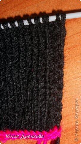 """Дочке на зиму под яркую розовую куртку нужно было связать шапку и шарф. Она нашла в интернете модели, которые ей хотелось. Шапка двойная, теплая. Только фото, без описаний. Пришлось думать, как это можно связать самой)) Делюсь опытом, может кому и пригодится. Нам понадобится: - пряжа черного цвета, у меня """"Камилла"""", производство NAZAR, (55% шерсть, 40% акрил, 5% кашемир, 100гр/320м) два мотка; - пряжа розового цвета, у меня BIANCA babylux, (45% детская шерсть, 55% акрил, 50гр/150м) два мотка; - круговые спицы № 3,5; - набор чулочных спиц № 3,5; - простые спицы № 3,5; - одна большая пуговица и три маленьких; - крючок № 3. Шапка связна на подростка. Окружность головы 53 см. фото 19"""