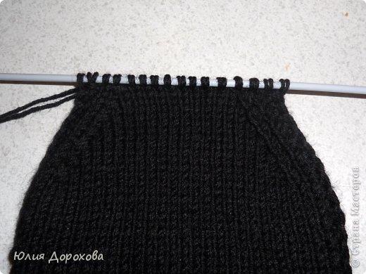 """Дочке на зиму под яркую розовую куртку нужно было связать шапку и шарф. Она нашла в интернете модели, которые ей хотелось. Шапка двойная, теплая. Только фото, без описаний. Пришлось думать, как это можно связать самой)) Делюсь опытом, может кому и пригодится. Нам понадобится: - пряжа черного цвета, у меня """"Камилла"""", производство NAZAR, (55% шерсть, 40% акрил, 5% кашемир, 100гр/320м) два мотка; - пряжа розового цвета, у меня BIANCA babylux, (45% детская шерсть, 55% акрил, 50гр/150м) два мотка; - круговые спицы № 3,5; - набор чулочных спиц № 3,5; - простые спицы № 3,5; - одна большая пуговица и три маленьких; - крючок № 3. Шапка связна на подростка. Окружность головы 53 см. фото 22"""