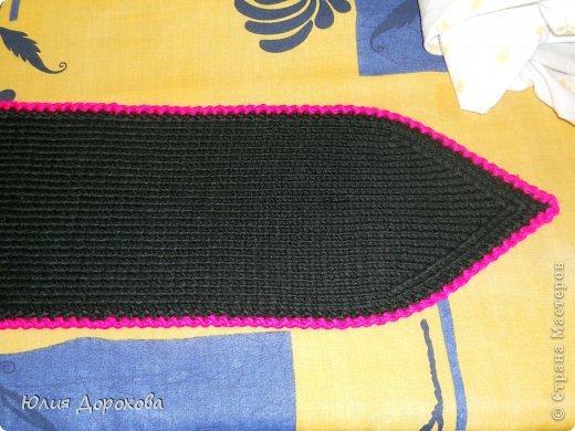"""Дочке на зиму под яркую розовую куртку нужно было связать шапку и шарф. Она нашла в интернете модели, которые ей хотелось. Шапка двойная, теплая. Только фото, без описаний. Пришлось думать, как это можно связать самой)) Делюсь опытом, может кому и пригодится. Нам понадобится: - пряжа черного цвета, у меня """"Камилла"""", производство NAZAR, (55% шерсть, 40% акрил, 5% кашемир, 100гр/320м) два мотка; - пряжа розового цвета, у меня BIANCA babylux, (45% детская шерсть, 55% акрил, 50гр/150м) два мотка; - круговые спицы № 3,5; - набор чулочных спиц № 3,5; - простые спицы № 3,5; - одна большая пуговица и три маленьких; - крючок № 3. Шапка связна на подростка. Окружность головы 53 см. фото 24"""